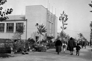 Už neexistujúci Park kultúry a oddychu v októbri 1955. V tom čase sa nábrežie stalo obľúbeným miestom prechádzok. Budujúci sa Park kultúry a oddychu mal stať podľa oficiálnych zámerov navštevovanejším miestom oddychu a ušľachtilej zábavy pracujúcich.