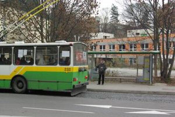 Na Spanyolovej autobus nestojí. Bytčičania musia prestúpiť alebo ísť pešo.