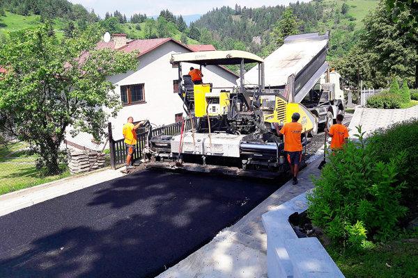Kladenie nového asfaltového povrchu.