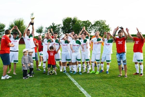 Futbalisti Nového Života v sobotu oslavovali postup do IV. ligy.