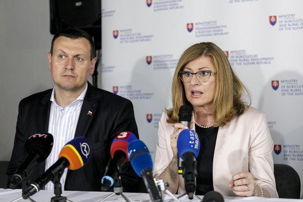 Na snímke zľava generálny riaditeľ sekcie potravinárstva a obchodu Ministerstva pôdohospodárstva a rozvoja vidieka (MPRV) SR Milan Lapšanský a ministerka MPRV SR Gabriela Matečná.