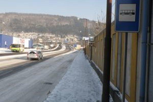 Premiestnená zastávka pri Hyper Tescu je hneď vedľa štvorprúdovej cesty. Cestujúci sa obávajú o svoju bezpečnosť.