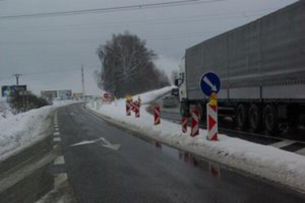 Doprava je odklonená z mosta na odbočku do Stráňav.