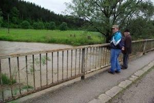 Z mosta do rieky skočila 40-ročná žena. Policajt neváhal, vrhol sa za ňou a zachránil ju.