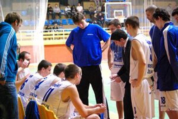 Tréner Oliver Vidin radí svojim zverencom.