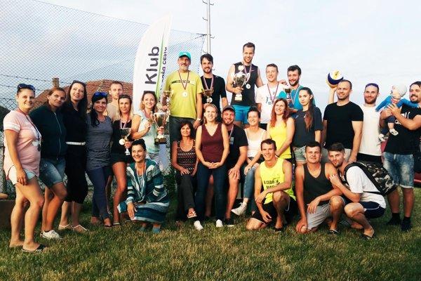 Účastníci sobotňajšieho turnaja v plážovom volejbale vo Svätoplukove a Mojmírovciach.