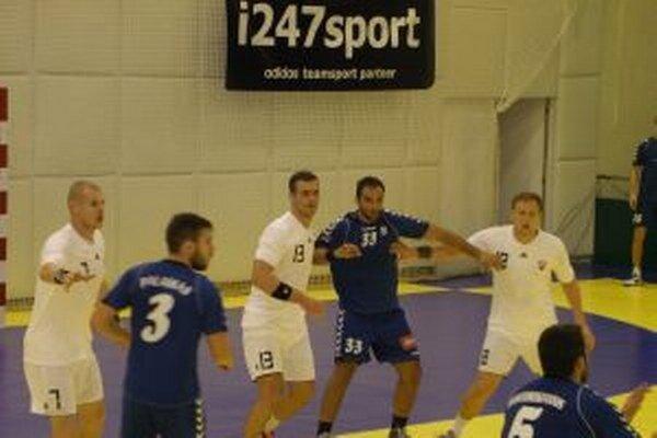 Tomáš Adamčík (tretí zľava v bielom č. 13) si znova oblečie reprezentačný dres.