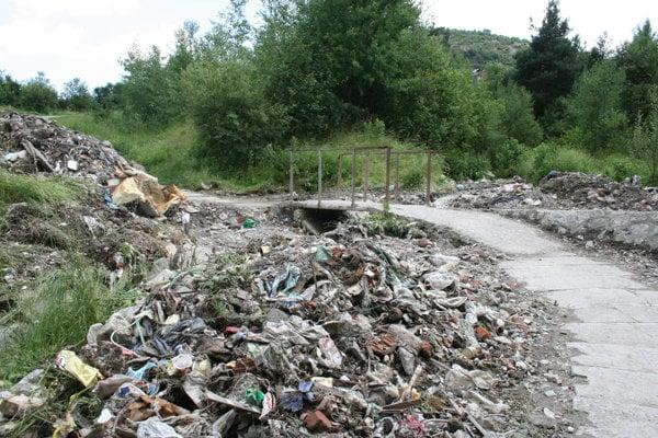 Odpad splavený z osady k brehu Hornádu