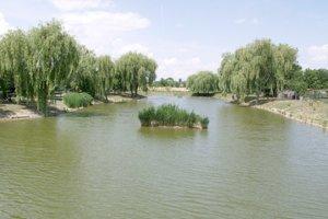 Rybník v Tekovských Lužanoch je opäť plný vody a rýb.
