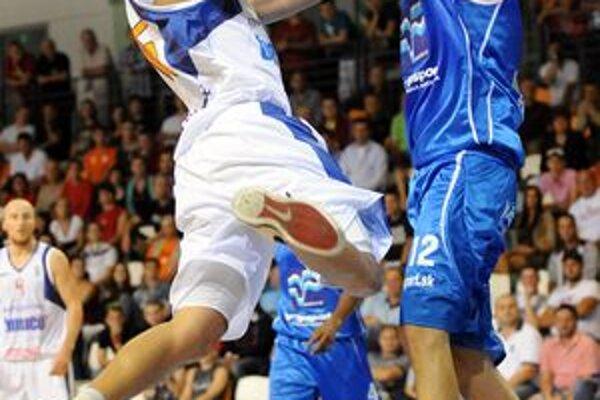 Vpravo Ondrej Šoška. V budúcej sezóne bude hrávať v Komárne.