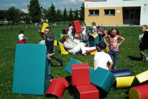 Lieseckí školáci a škôlkari sa zatiaľ hrajú na školskom dvore. Čoskoro dostanú nové ihrisko.