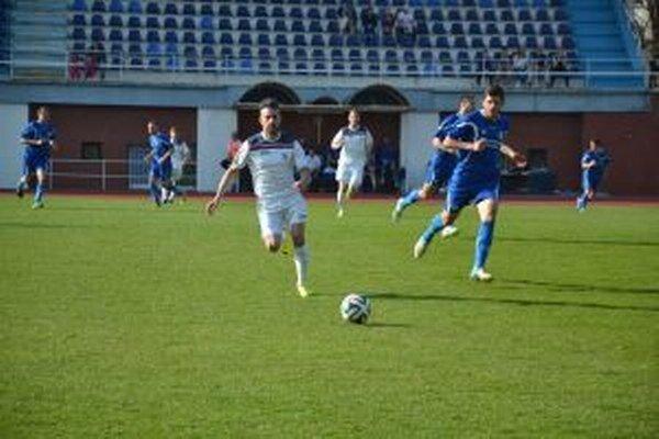 Mejič (v bielom) bojuje so strelcom gólu Šamorína Vilkovským.