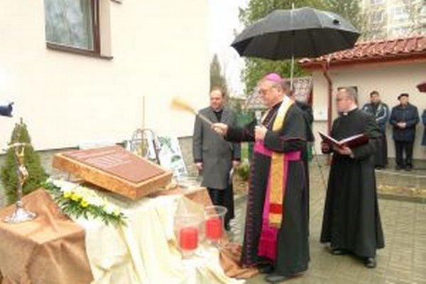 Základový kameň nového kostola posvätil biskup Tomáš Galis.