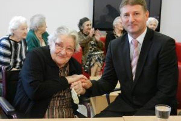 Medzi občanmi. Primátor Miroslav Minárčik gratuluje k jubileu najstaršej občianke mesta Bytča Márii Sedmíkovej.