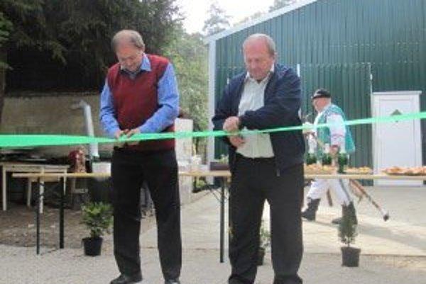 Zelenú pásku strihali predseda zväzu Emil Jurčo (vpravo) a podpredseda Jaroslav Capek (vľavo).