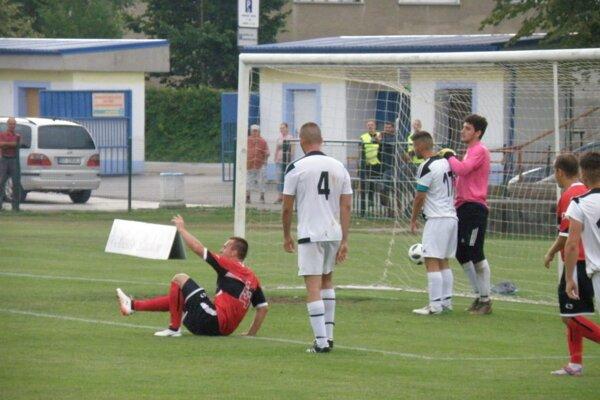 Gajdošík (na zemi ) sa teší z gólu v prievidzskej sieti.