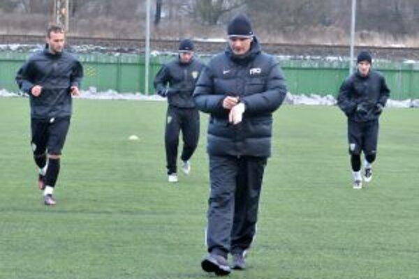 Prvý tréning zimnej prípravy absolvovali Žilinčania už s novým trénerom Štefanom Tarkovičom (v popredí).