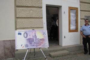 Popoludní sa už dala suvenírová 0- eurobankovka kúpiť bez čakania.