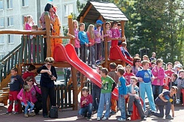 Na otvorenie ihriska na Ulici Ľudovíta Štúra prišlo veľa detí.