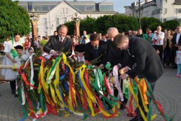 Na stavanie mája prišiel aj premiér Róbert Fico, podpredseda Žilinského samosprávneho kraja Jozef Štrba a zástupca primátora mesta Žilina Štefan Zelník.
