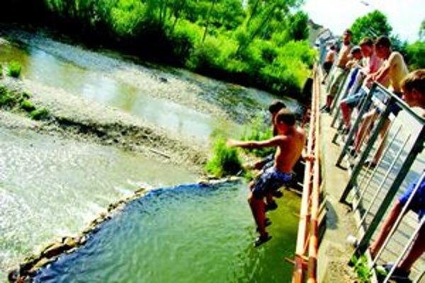 Varínčania skáču do nádrže, ktorú si vytvorili na rieke Varínka.