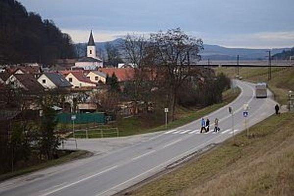 Považské Podhradie. Hlavná cesta je v tomto úseku nebezpečná.