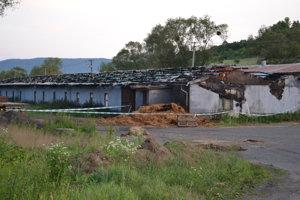 Na kravíne úplne zhorela strecha.