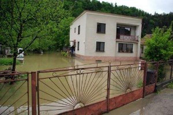 Voda zatopila mnoho domov.