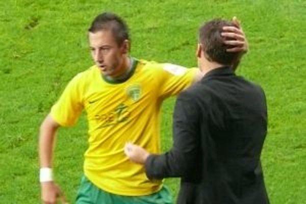 Takto sa po premenenej penalte radoval Admir Vladavič s trénerom Pavlom Hapalom.