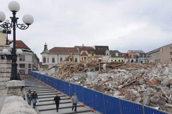 """Starú faru v Žiline mali podľa povolenia primátora """"rozobrať"""" a znovu postaviť. Zostali z nej ruiny, dnes sú vidieť už len farské schody a za nimi obchodné centrum."""