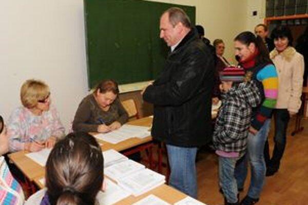 Voliť bol dnes ráno aj kandidát na primátora Igor Choma  s rodinou.
