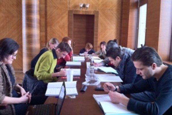 Pätnásť hercov na skúške novej hry.