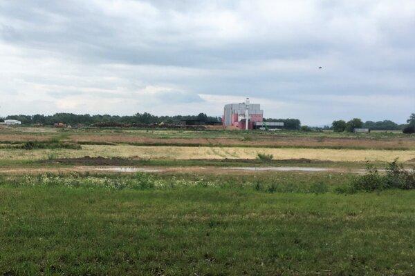 V týchto miestach vyrastie nový priemyselný areál. V pozadí vidno kogeneračnú jednotku.