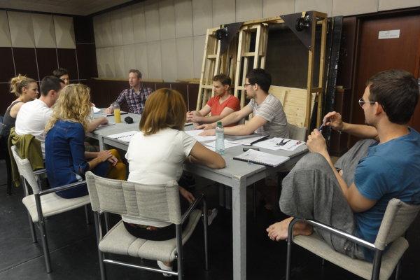 Herci a tvorcovia počas čítacej skúšky.