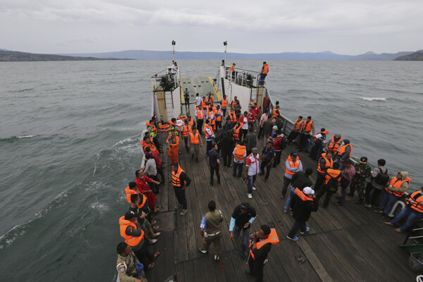 Záchranári na jazere Toba pátrajú po obetiach.