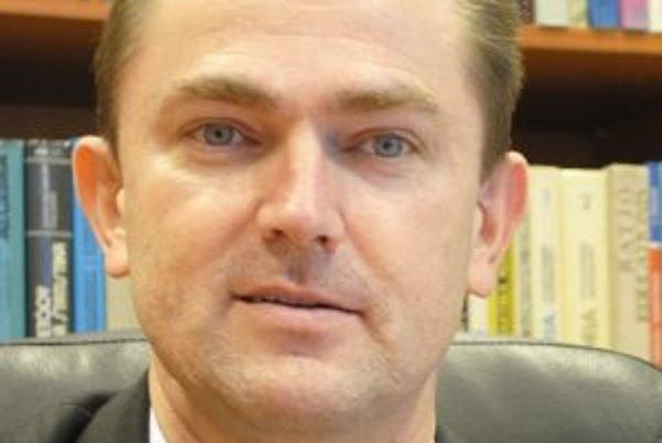 Tomáš Lengyelfalusy, dekan Fakulty humanitných vied, ktorého niektorí kolegovia obvinili z plagiátorstva, v piatok v záujme dobrého mena univerzity abdikoval.