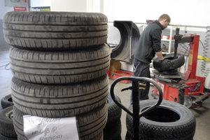 Vodiči už nebudú musieť prosíkať v pneuservisoch, pneumatík sa zbavia aj na zberných dvoroch.