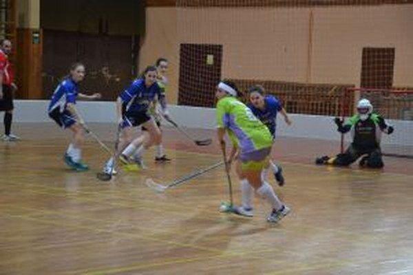 Pruštianky (v modrom) prehrali doma úvodný duel, hoci v závere viedli o gól.