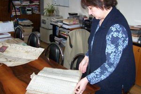 Riaditeľka Kurucárová ukazuje jeden z najzákladnejších zdrojov pátrania po predkoch - matriku.
