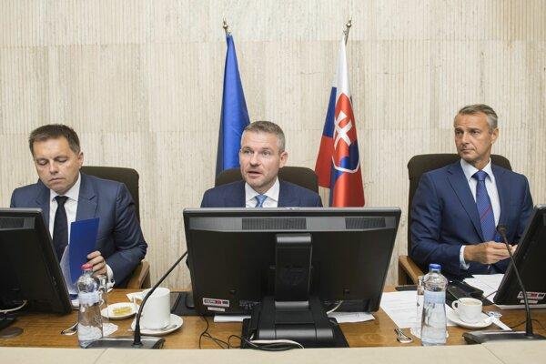 Minister financií SR Peter Kažimír, predseda vlády SR Peter Pellegrini a podpredseda vlády SR pre investície a informatizáciu Richard Raši počas 111. rokovania vlády.