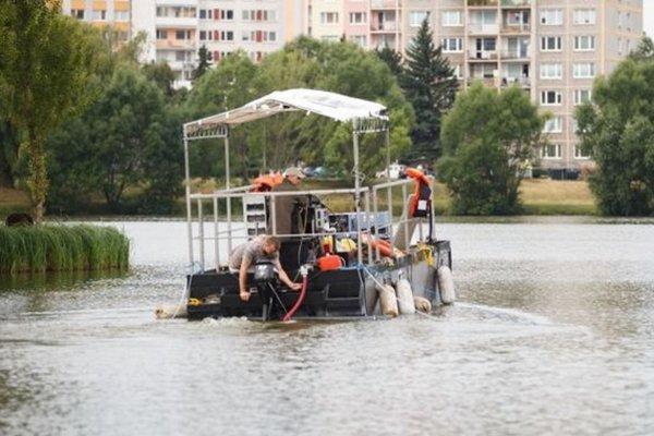 Jazero po minulé roky brázdil tanker, ktorý vypúšťal špeciálny prípravok na odstránenie toxického vodného kvetu.