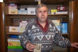Vášnivý zberateľ Augustín Chlebek. So svojou zbierkou a najstarším kalendárom.