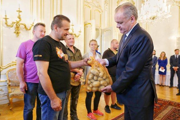 Prezident Kiska prijal farmárov, dostal aj zemiaky.