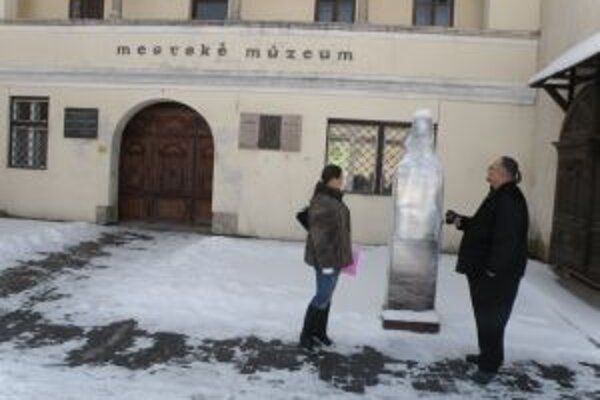 Busta Ďurčanského naďalej zostáva na podstavci na námestí.
