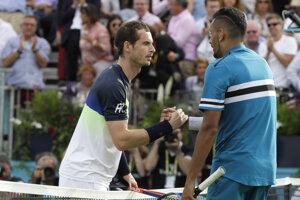 Andy Murray (vľavo) gratuluje Nickovi Kyrgiosovi.
