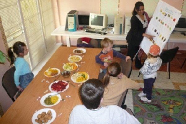 Dobrovoľníčka Farzana s deťmi.