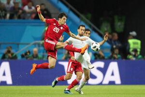 Iránec Sardar Azmoun v súboji so Sergiom Busquetsom.