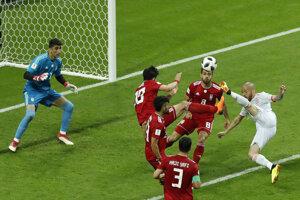 Andrés Iniesta sa snaží streliť vedúci gól Španielska.