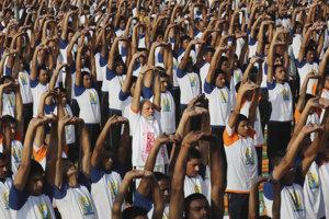 K masovému cvičeniu jogy sa pridali desaťtisíce ďalších ľudí.