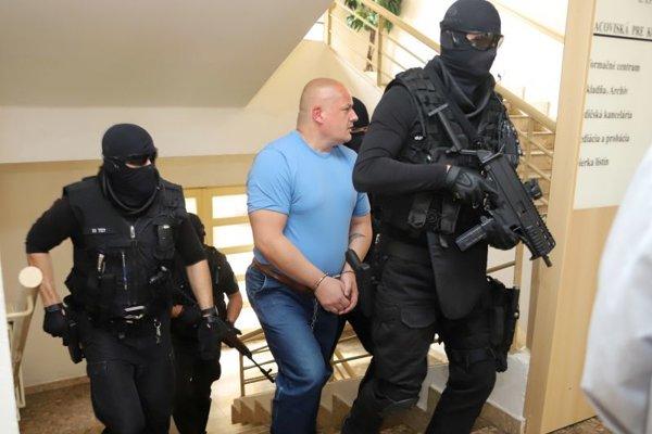 Na snímke odsúdený Róbert Petluš prichádza na výsluch.